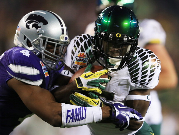 GLENDALE, AZ - JANUARY 03: De'Anthony Thomas #6 of the Oregon Ducks tries to break the tackle of Arthur Brown #4 of the Kansas State Wildcats during the Tostitos Fiesta Bowl at University of Phoenix Stadium on January 3, 2013 in Glendale, Arizona. (Photo by Doug Pensinger/Getty Images)